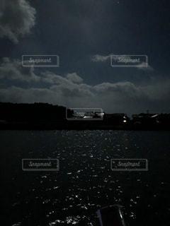 月明かりの水面の写真・画像素材[1253325]