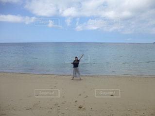砂浜の上に立っている人の写真・画像素材[1256962]