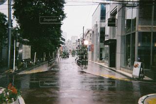 雨に濡れた街の人の写真・画像素材[1247364]