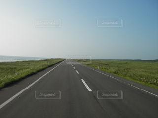 どこまでもまっすぐな道の写真・画像素材[1255066]