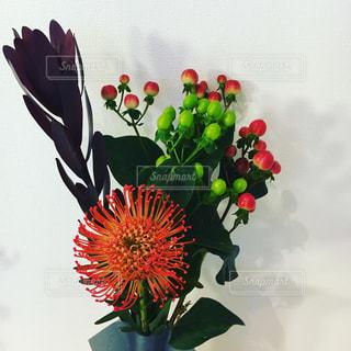 テーブルの上に花瓶の花の花束の写真・画像素材[1247524]
