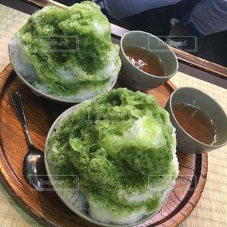 テーブルの上に食べ物のプレートの写真・画像素材[1247754]