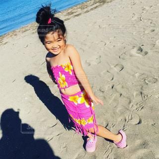 砂浜に座っている女の子の写真・画像素材[1247823]