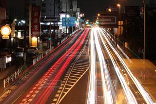 夜道を走る車の写真・画像素材[2218884]