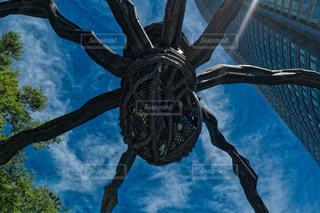 巨大な蜘蛛と高層ビルの写真・画像素材[1292337]