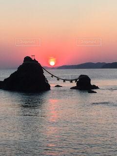 夫婦岩の日の出の写真・画像素材[1248450]