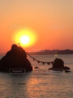 夫婦岩の日の出の写真・画像素材[1248453]