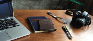 木製テーブルの上に座っているラップトップ コンピューターの写真・画像素材[1255609]