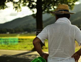 帽子をかぶった男の背中の写真・画像素材[1249800]