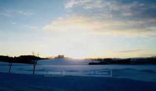 北海道の夕日のしずむ丘の写真・画像素材[1256463]
