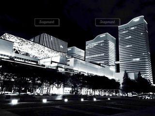 夜のライトアップされた街の写真・画像素材[1326827]