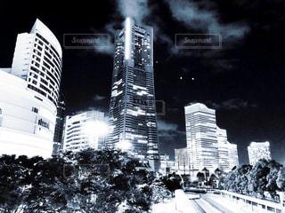 夜とランドマークタワー(モノトーン)の写真・画像素材[1347718]