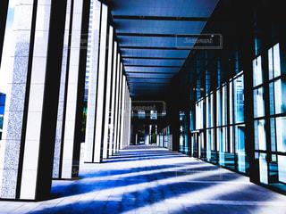 青いビルと影の写真・画像素材[1347773]