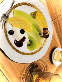 木製のテーブルにてバームクーヘンの写真・画像素材[1386458]