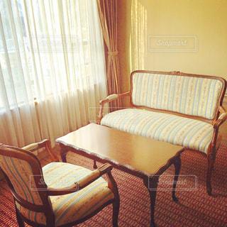 寝室ベッドと部屋の椅子の写真・画像素材[1249855]