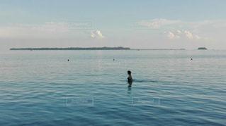 水の大きな体を泳ぐ人たちのグループの写真・画像素材[1312841]