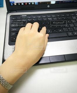 ノート パソコンのキーボードの上に座って人の写真・画像素材[1327769]