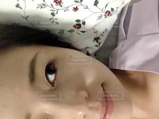 近くに赤ちゃんのアップの写真・画像素材[1601712]