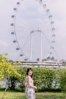 草の中に立っている女性の写真・画像素材[2870252]