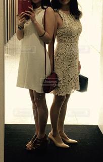 カメラにポーズ鏡の前に立っている女性の写真・画像素材[1263796]
