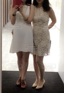 カメラにポーズ鏡の前に立っている女性の写真・画像素材[1263797]