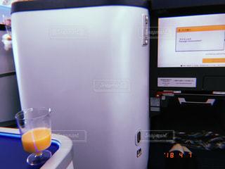 カウンターの上に座っているラップトップ コンピューターの写真・画像素材[1251337]