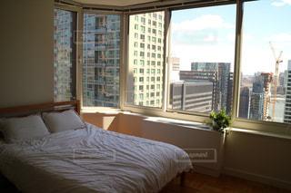 大きなベッドのある寝室の写真・画像素材[1251485]