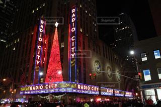 バック グラウンドでラジオ シティ ミュージック ホールと夜のライトアップ都市の写真・画像素材[1251831]
