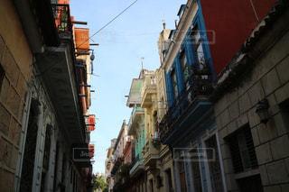狭い街の建物の側に建物と通りの写真・画像素材[1252394]