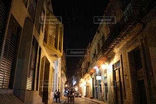 夜の狭い街の写真・画像素材[1252419]