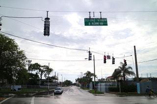 道路の側からぶら下がってトラフィック ライトの写真・画像素材[1252988]