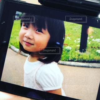 カメラの中の少女の写真・画像素材[1251813]