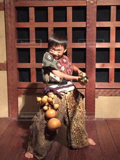 ベンチに座っている少年の写真・画像素材[1253204]