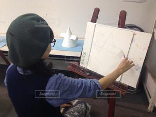デッサン中のベレー帽な女の子の写真・画像素材[1255145]