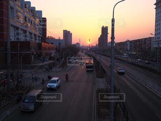夕方の歩道橋から見た景色の写真・画像素材[1254136]