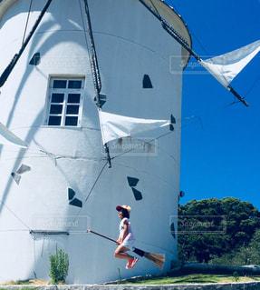 空飛ぶ少女の写真・画像素材[1378450]