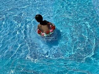 青と波と浮き輪の少年の写真・画像素材[3578503]