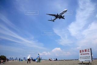 空を飛ぶ大きな飛行機の写真・画像素材[2091405]