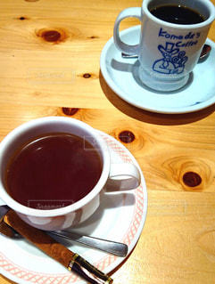 テーブルの上のコーヒー カップの写真・画像素材[1260434]