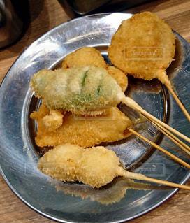 テーブルの上に食べ物のプレートの写真・画像素材[1260439]