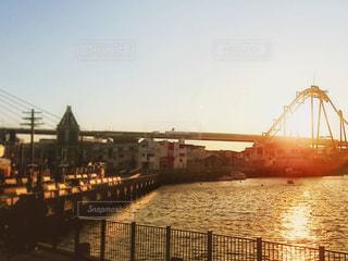 水の体の上の橋の写真・画像素材[1270164]