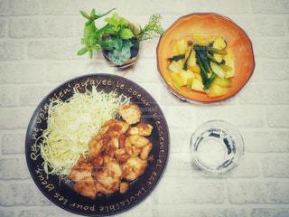 鶏肉(ムネ肉・モモ肉)のしょうが炒め、ジャガイモと小松菜のビネガー炒めの写真・画像素材[1624211]