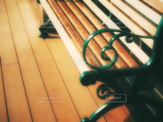 カフェ風のレトロベンチの写真・画像素材[1692394]