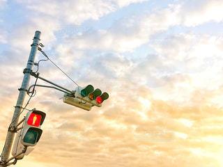 赤信号と朝焼けの写真・画像素材[3260924]