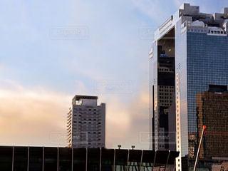 夕方の高層ビルの写真・画像素材[3321358]