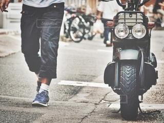 通りのバイクの写真・画像素材[3724289]
