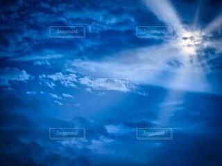 雲と太陽光の写真・画像素材[3756682]