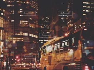 夜に街の大通りとバスの写真・画像素材[4026756]