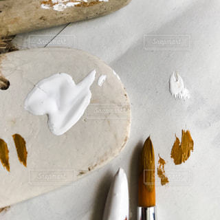 テーブルの上に座っているケーキの写真・画像素材[1258541]