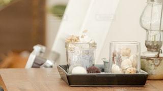 木製テーブルの上に座っているミキサーの写真・画像素材[1259027]